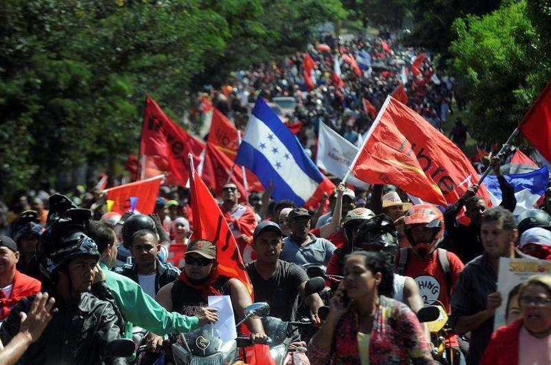 Simpatizantes del candidato presidencial Salvador Nasralla, de la Alianza de Oposoción contra la Dictadura, marchan por las calles de Tegucigalpa (Honduras). EFE