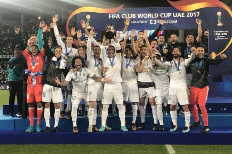 El Real Madrid celebra con el trofeo de campeón del Mundial de Clubes. Foto: EFE