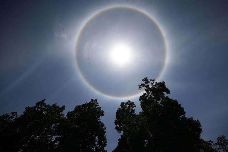Vista de un gran arcoíris circular, sorprendió a miles de chilenos un fenómeno que, según los especialistas, lo ocasionan partículas de hielo en las nubes, en Santiago (Chile). EFE