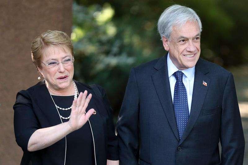 La presidenta de Chile, Michelle Bachelet (i), visita la casa del ganador de las presidenciales de este domingo, Sebastián Piñera (d), para compartir un desayuno y abordar lo que será el traspaso de mando en marzo del 2018. EFE