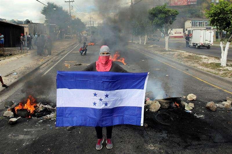 La protesta es en rechazo al informe del Tribunal Supremo Electoral (TSE), que hoy declaró presidente electo al candidato del gobernante Partido Nacional y presidente del país, Juan Orlando Hernández. EFEArchivo