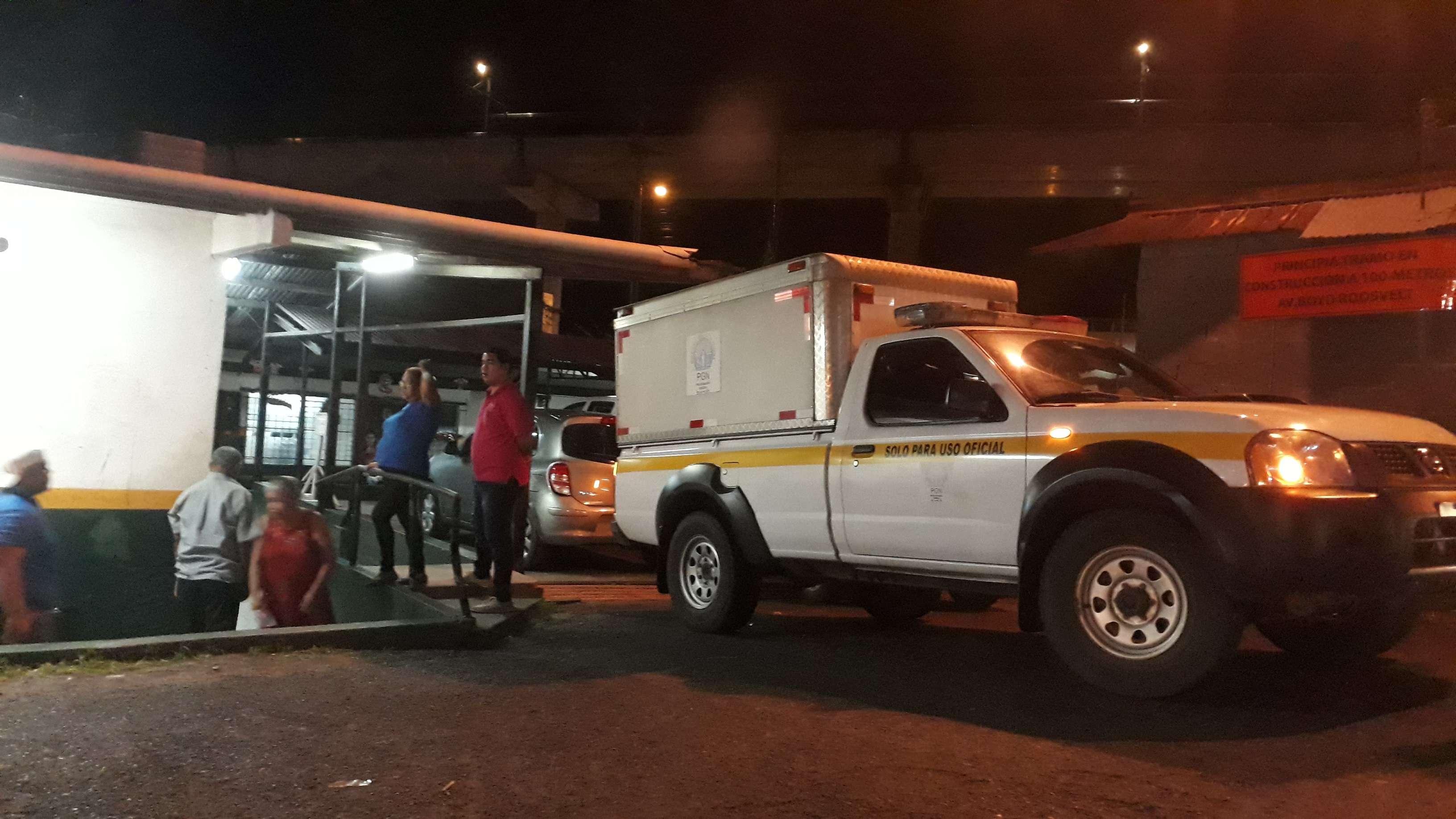 Personal de Criminalística se presentó al centro de Salud de San Isidro para realizar el levantamiento del cadáver. Foto: Edwards Santos