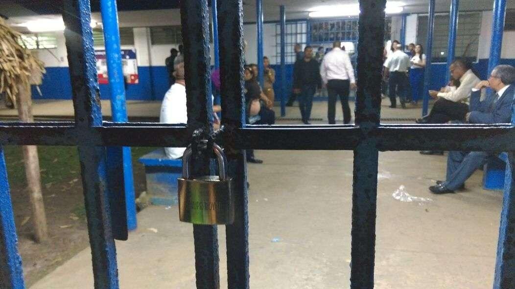 Todo se tornó aún más crítico, luego que personal del coloegio colocó un candado en la puerta de acceso al gimnasio. /  Foto: Eric Montenegro