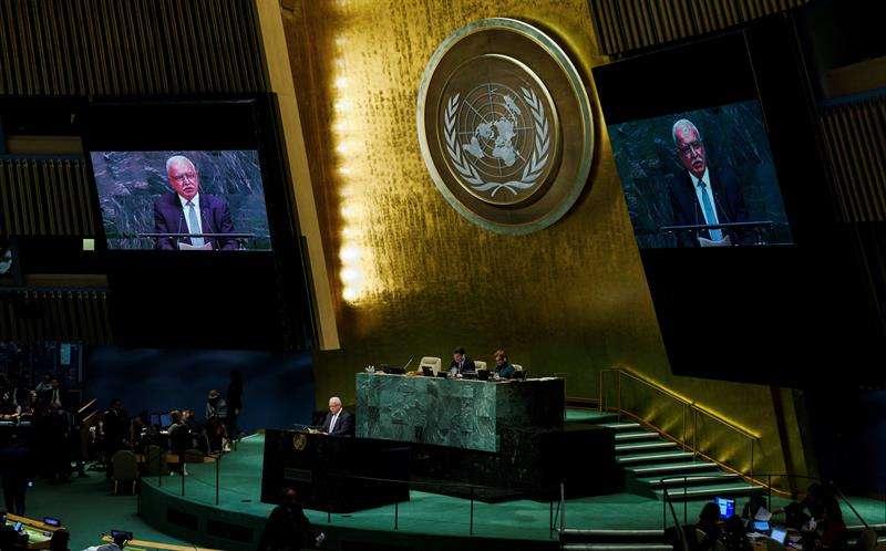 El ministro de Exteriores palestino, Riad al Maliki, interviene antes la votación de una resolución crítica en la Asamblea General de la ONU, en la sede de las Naciones Unidas en Nueva York (Estados Unidos). /  EFE