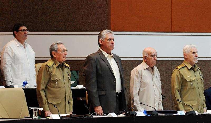 El presidente cubano, Raúl Castro (2-i), el primer vicepresidente Miguel Díaz-Canel (c); el segundo secretario del Partido Comunista, José Ramón Machado (2-d), el comandante de la Revolución Ramiro Valdés (d), y el ministro de Relaciones Exteriores. EFE
