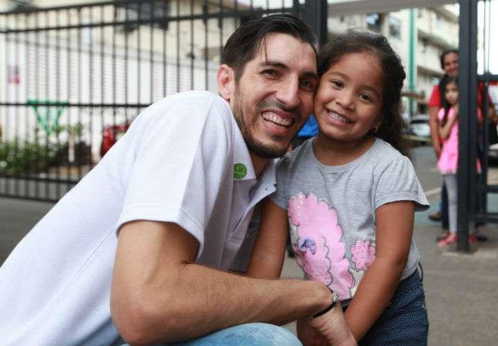 El arquero de la Roja, Jaime Penedo, compartió con los niños en los alrededores del Hospital del Niño. Foto Anayansi Gamez
