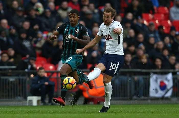 El jugador del Tottenham Hotspur Harry Kane (d) dispara a portería durante el partido de la Liga Inglesa disputado entre el Tottenham y el FC Southampton en el estadio Wembley de Londres/ EFE