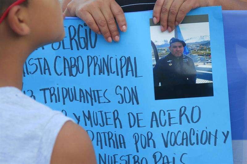Familiares de los tripulantes del submarino ARA San Juan, desaparecido en aguas del océano Atlántico piden que no se olvide a sus 44 tripulantes durante una manifestación el 15 de diciembre de 2017, en Buenos Aires (Argentina). EFE