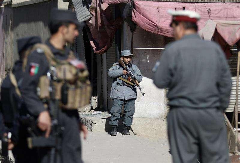 Oficiales de seguridad vigilan en el escenario de un atentado suicida dentro de una madrasa que costó la vida de 40 personas y dejó más de 30 heridos, en Kabul, Afganistán, hoy 28 de diciembre de 2017. EFE