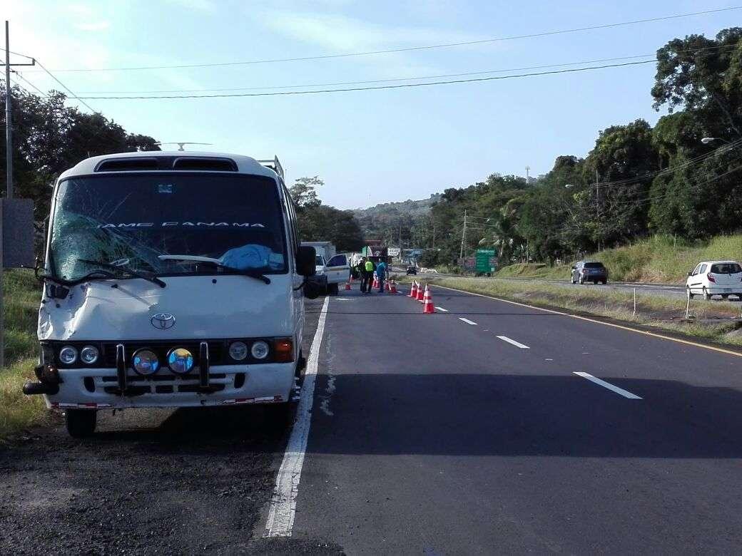 Personal del Ministerio Público mantuvo cerrados los dos tramos de la vía INteramerica mientras realizaban el levantamiento del cadáver.  /  Foto: Eric Montenegro