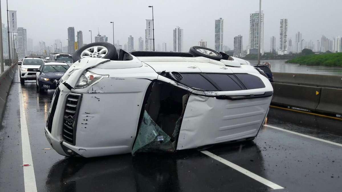 El hecho, aparentemente ocurrió mientras caía un pertinaz llovizna en ese punto de la ciudad capital. /  Foto: @TraficoCPanama