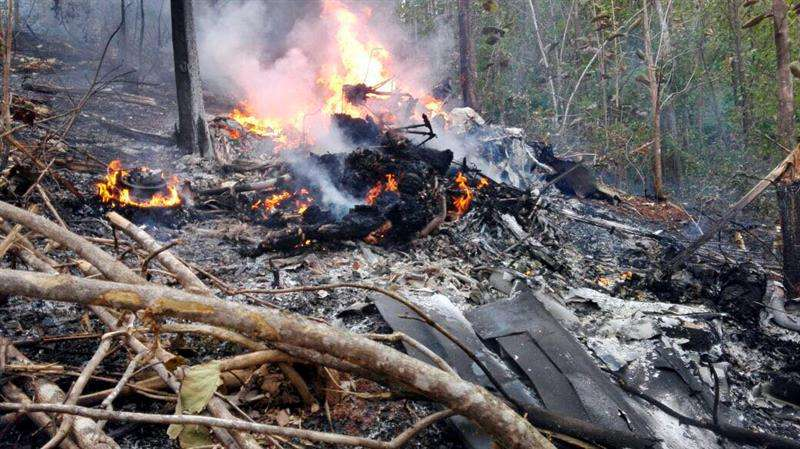 Fotografía cedida por el Ministerio de Seguridad Pública muestra restos de una avioneta privada hoy, 31 de diciembre de 2017, en la provincia de Guanacaste (Costa Rica). EFE/ Cortesía Ministerio de Seguridad Pública