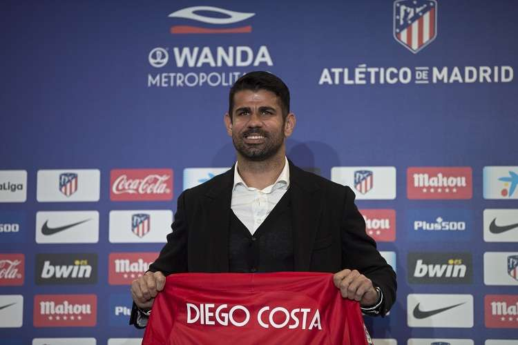Diego Costa sostiene su nueva camiseta durante su presentación oficial. Foto: AP