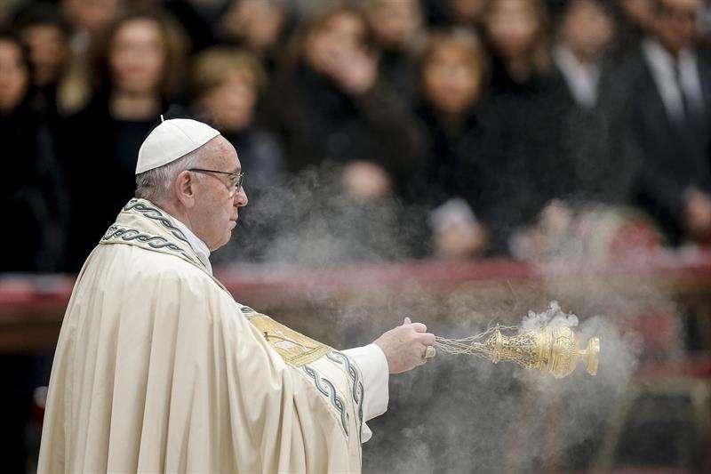 Francisco celebra la víspera de la misa vespertina de Año Nuevo y el Deum Te St. Basílica de San Pedro en el Vaticano, 31 de Diciembre de 2017. EFE