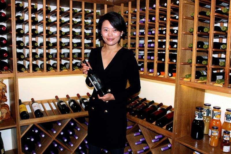 Li Tian posa en su tienda de vinos T-Cellar, situada en un antiguo búnker subterráneos de defensa civil en la ciudad china de Shanghái. Los búnkers de la ciudad, sin uso militar ya, están siendo transformados en espacios comerciales y de ocio. EFE