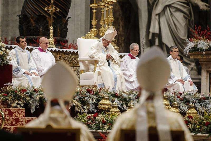 Francisco celebra la Misa de la Solemnidad de María Santísima, en la 51ª Jornada de la Paz de los migrantes y refugiados temáticos: hombres y mujeres en busca de la paz en el St. Basílica de San Pedro en el Vaticano, 01 de enero de 2018. EFE