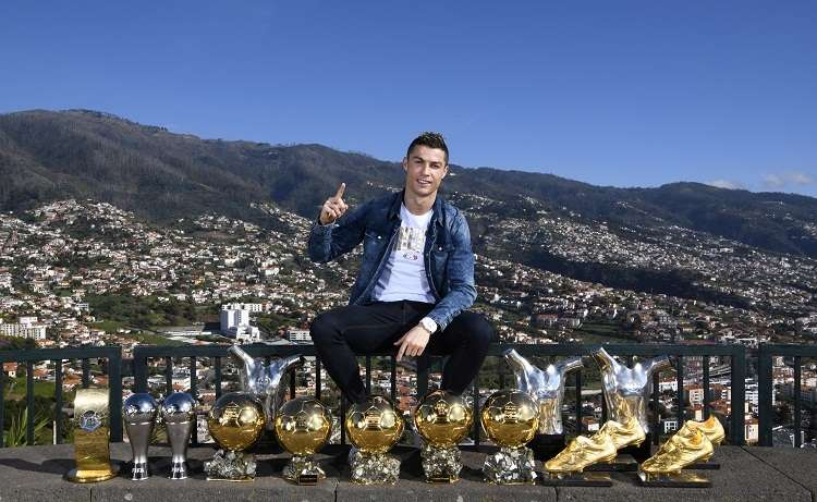 Cristiano Ronaldo posa junto a sus trofeos. Foto: AP