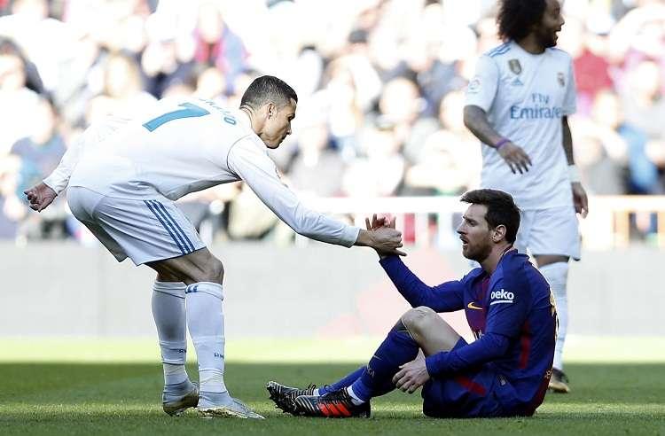 Cristiano Ronaldo ayuda a Leo Messi a recuperarse durante el partido de fútbol La Liga española. Foto: AP