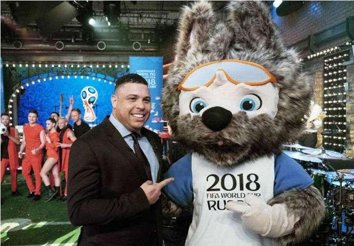 Ronaldo posa con Zabivaka, la mascota del Mundial Rusia 2018. Foto AP
