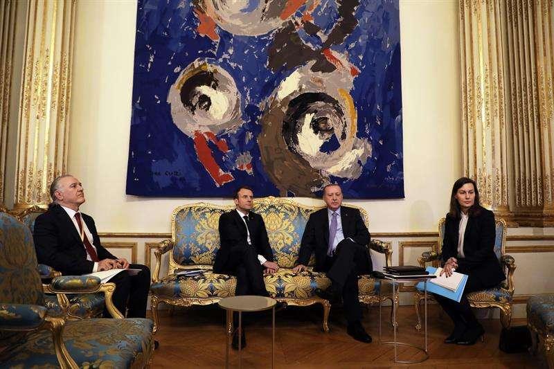 El presidente galo, Emmanuel Macron (c-i), se reúne con su homólogo turco, Recep Tayyip Erdogan (c-d), en el Palacio del Elíseo en París (Francia) hoy. EFE