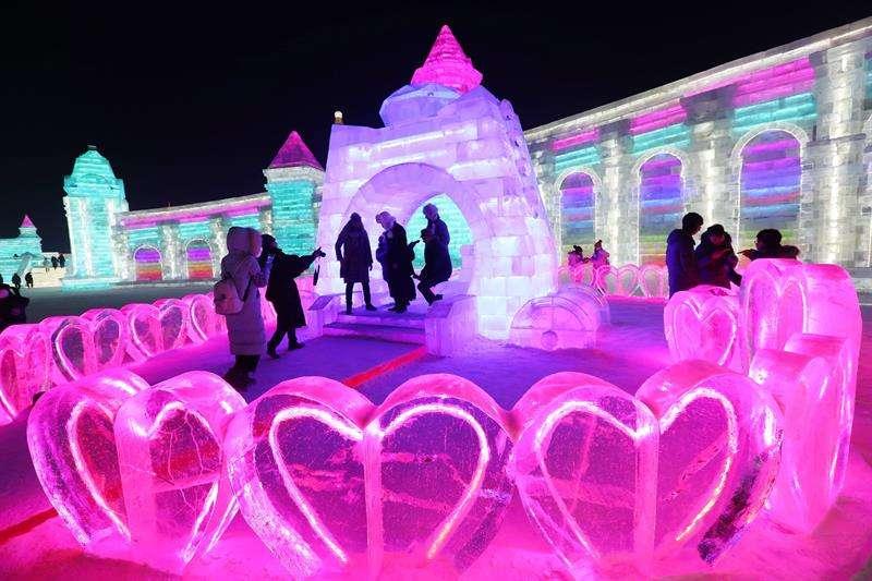 Varias personas visitan las instalaciones en la víspera de inauguración del 34º Festival Internacional de Hielo y Nieve de Harbin (China) hoy. EFE