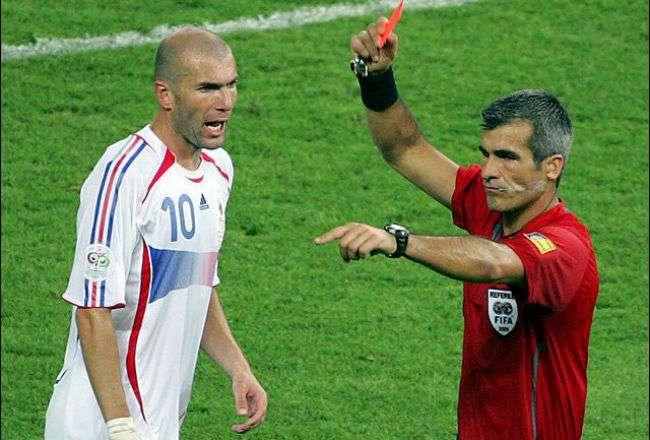 Zinedine Zidane protagonizó una de las tarjetas rojas más recordadas en los mundiales, ya que fue en la final del 2006. AP