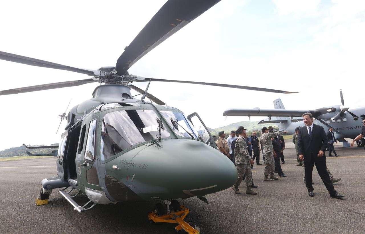 El mandatario admira las nuevas aeronaves. Foto: Presidencia.gob.pa