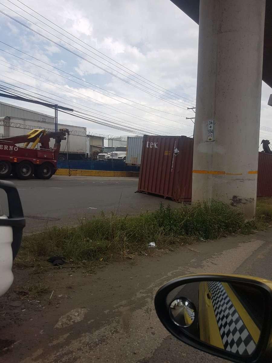 Se requirió de una grúa para mover el contenedor. /  Foto: @TraficoCPanama