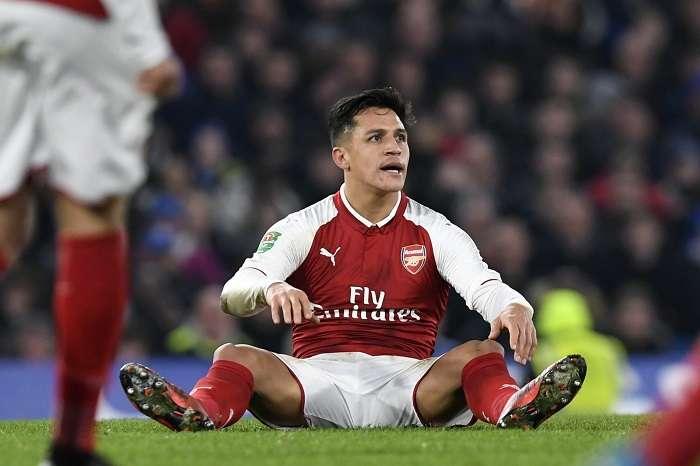 Alexis Sánchez de Arsenal se lamenta luego de una falta /EFE