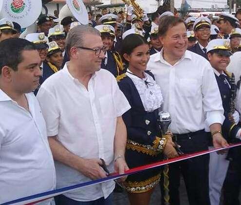 El diputado Manuel Cohen, el presidente Varela y los muchachos de la banda del Colegio José Daniel Crespo estuvieron en la reinauguración. / AP
