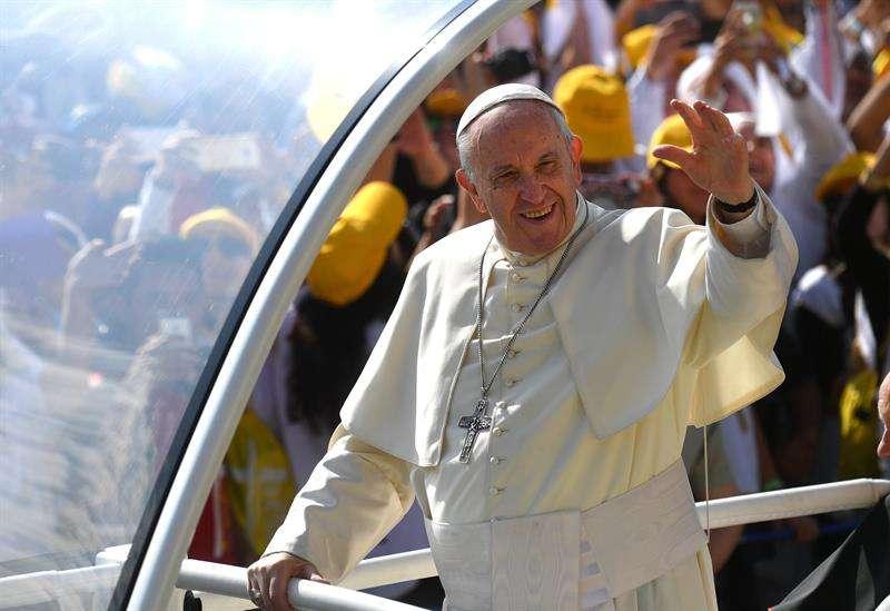 El papa Francisco saluda a sus devotos antes de celebrar una misa multitudinaria en el parque O'Higgins de Santiago, Chile, hoy, 16 de enero de 2018. EFE