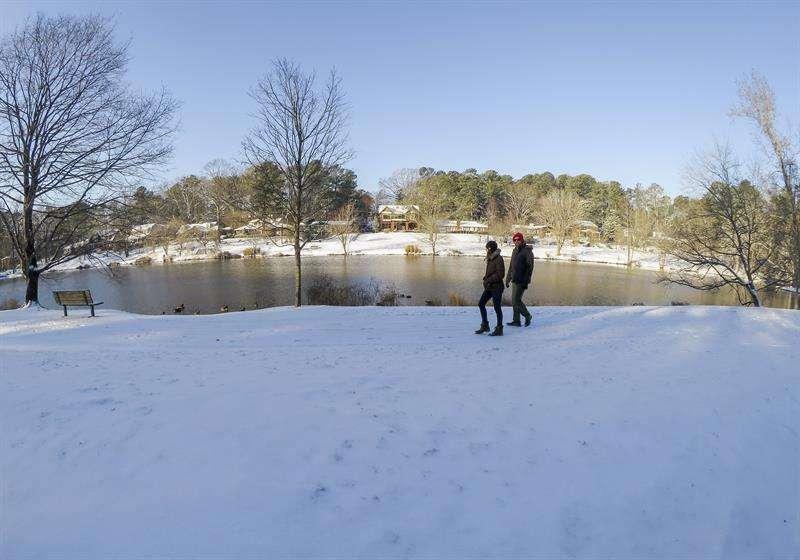 Dos personas caminan sobre la nieve después de la tormenta de nieve que azotó a Avondale Estates, en Atlanta, Georgia (Estados Unidos). / EFE
