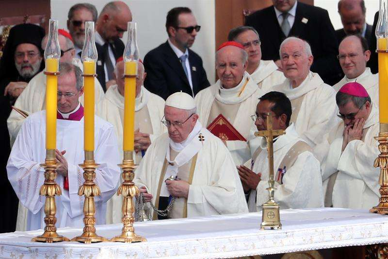 El papa Francisco (c) llega a Playa Lobito hoy, jueves 18 de enero de 2018, en la ciudad de Iquique (Chile), para oficiar la última multitudinaria misa de su visita al país austral. EFE