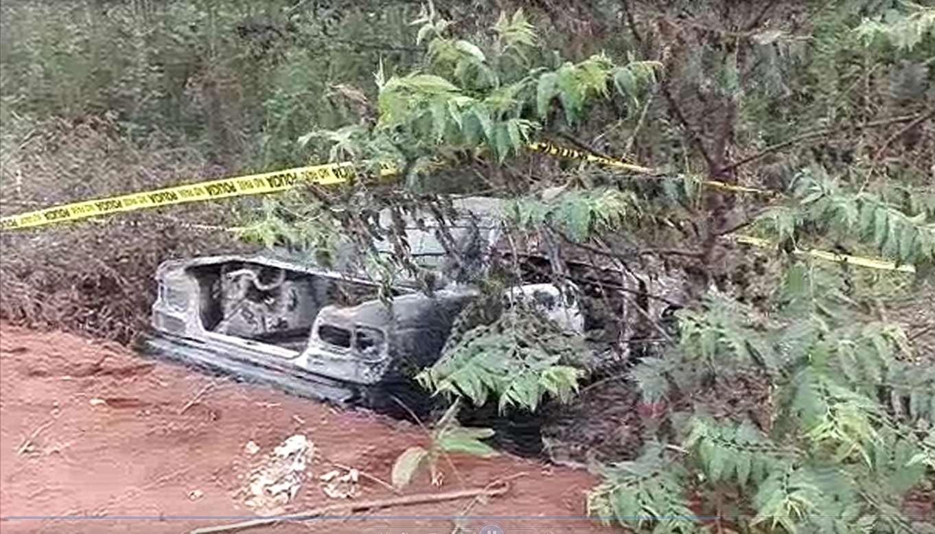 Al medio día de hoy, personal del Ministerio Público intentaba recabar algunas evidencias de la carrocería quemada del vehículo.
