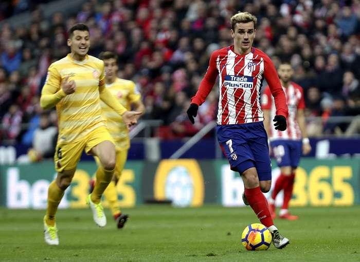 Antoine Griezmann (izq.), maneja el balón frente al centrocampista del Girona, Alex Granell. Foto: EFE
