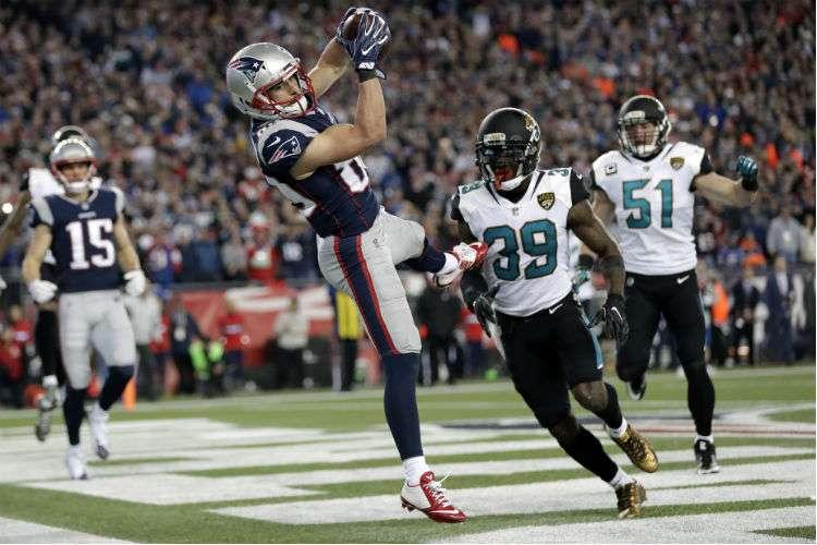 Danny Almendola cuando captura el pase de touchdown que le dio el triunfo a los Patriots. Foto: AP