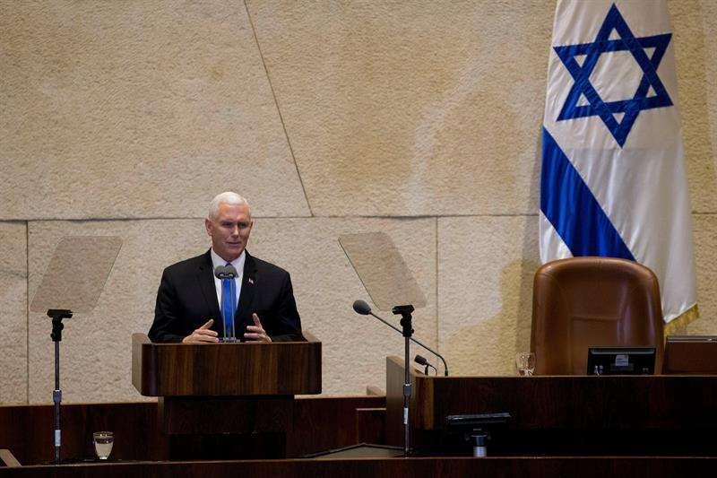 vicepresidente de Estados Unidos, Mike Pence (dcha), pronuncia un discurso ante el Parlamento israelí en Jerusalén hoy, 22 de enero de 2018. EFE