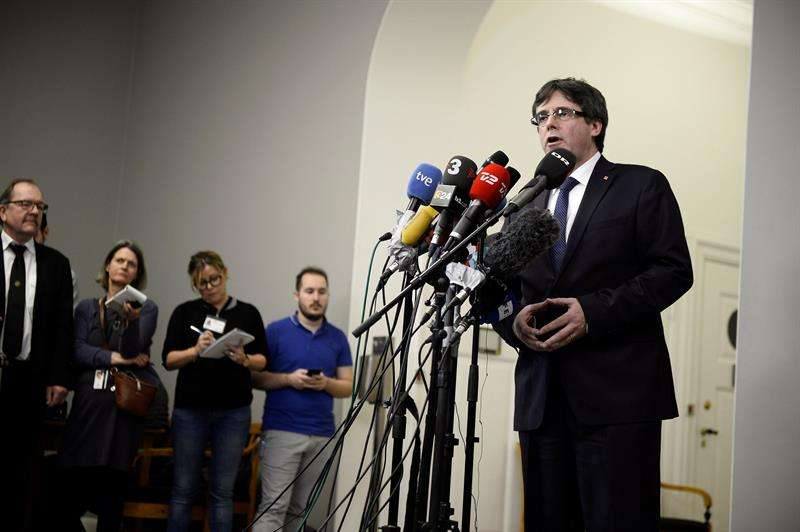 El expresidente de la Generalitat de Cataluña Carles Puigdemont (d) ofrece una rueda de prensa tras una reunión con diputados opositores daneses en el Parlamento, durante su segunda jornada en Copenhague, Dinamarca, este 23 de enero. EFE
