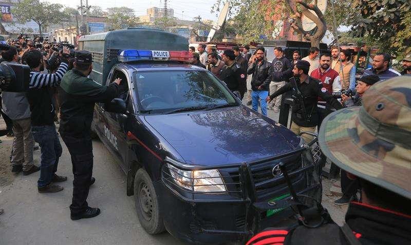 Autoridades paquistaníes trasladan al presunto asesino en serie que violó y asesinó a una niña de 7 años en la ciudad oriental de Kasur a principios de mes, en Lahore, Pakistán. EFE