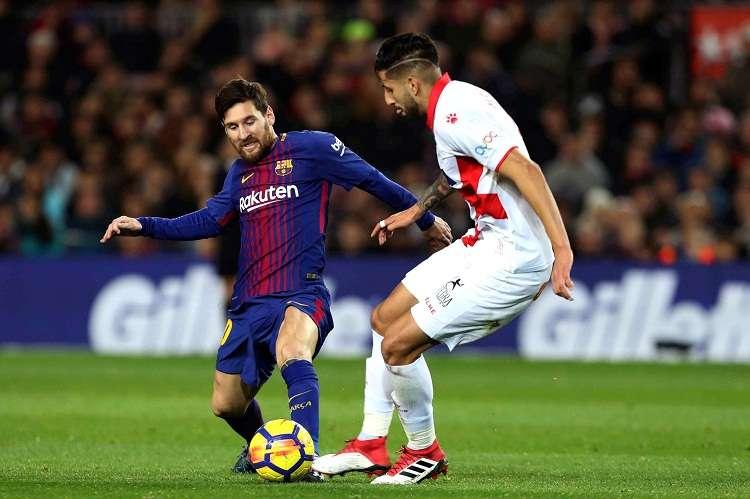 Leo Messi (izq.) lucha el balón con el chileno Guillermo Maripán, del Deportivo Alavés. Foto: EFE