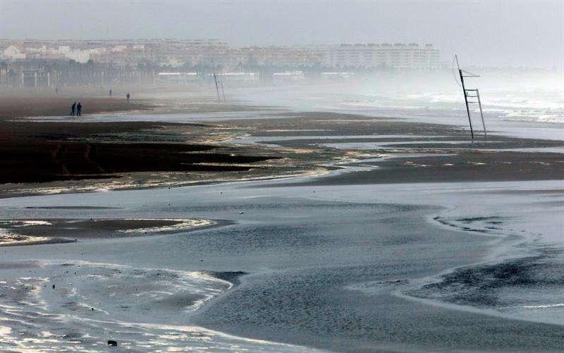 Rachas de viento en playa de la Malvarrosa de Valencia, España alcanzan los 40 nudos.  /  Foto: EFE