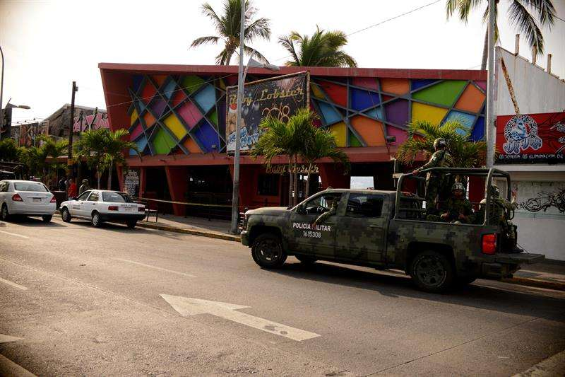 Miembros del Ejercito México resguardan el exterior de un bar hoy, domingo 28 de enero de 2018, en Acapulco, Guerrero (México).  EFE