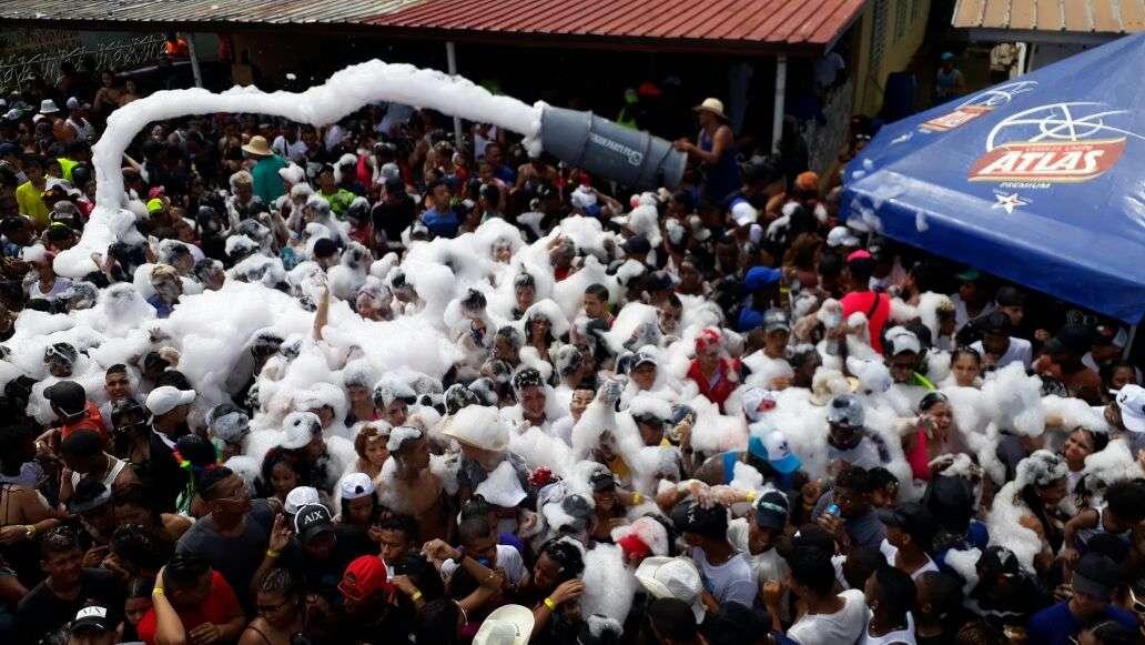 Además del agua, el público disfrutó con la espuma que le lanzaba parte del comité organizador del evento. / Foto: Jesús Simmons