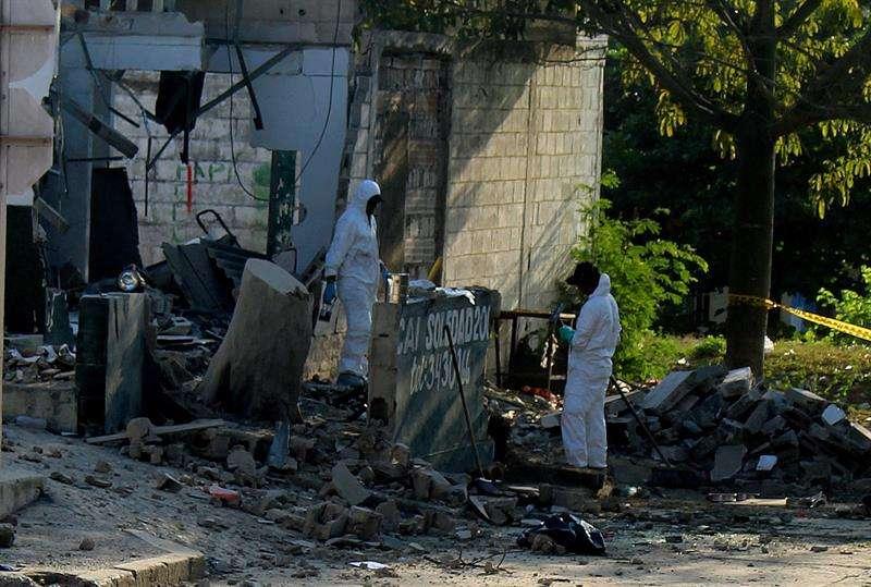 Investigadores de la policía revisan el lugar donde explotó un artefacto hoy, domingo 28 de enero de 2018, en Barranquilla (Colombia). EFE