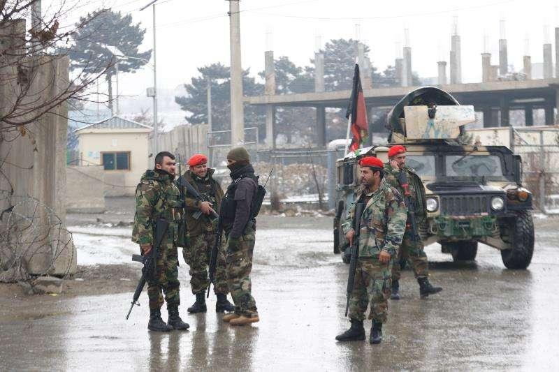 Soldados afganos montan guardia en los alrededores de la Academia Militar Marshal Fahim en Kabul (Afganistán) . EFE
