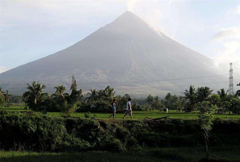 Las autoridades filipinas elevaron hoy a más de 80.000 los evacuados a causa del volcán Mayon, en el este del país, donde permanece la alerta por una posible explosión peligrosa pese a una reducción de su actividad en las últimas horas. EFE