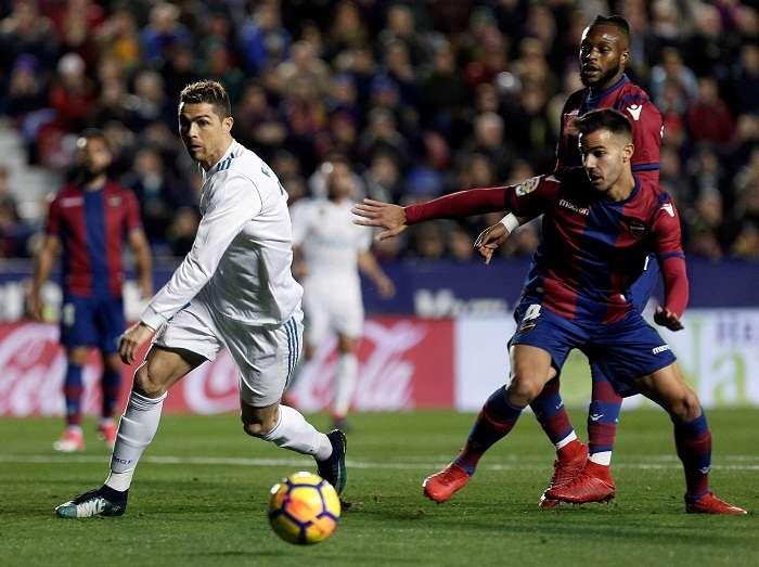 Cristiano Ronaldo (izq.) pelea un balón con Róber Pier, del Levante. Foto: EFE
