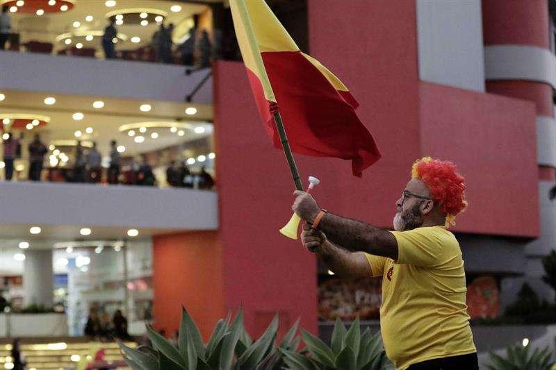 Un simpatizante del candidato Carlos Alvarado, del Partido Acción Ciudadana, ondea una bandera en un acto electoral en San José. EFE