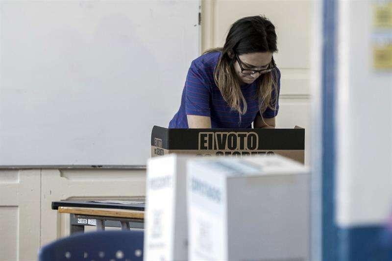 Una mujer vota antes del cierre de la jornada electoral de hoy, domingo 4 de febrero de 2018, en San José (Costa Rica). EFE