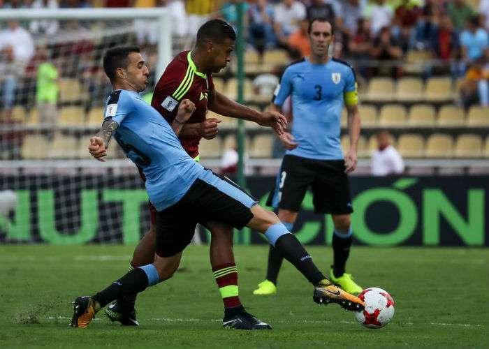 Matías Vecino (izq.) pasó la actualidad de algunos de sus compañeros de la selección uruguaya. Foto EFE